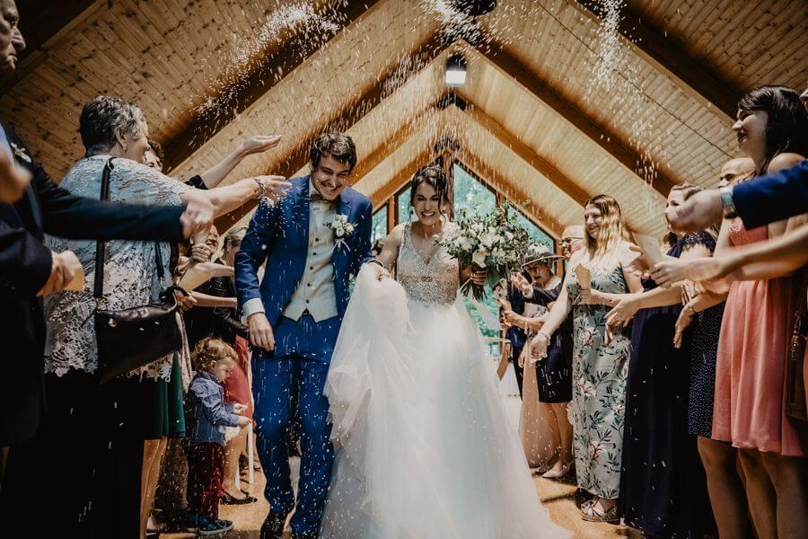 svatební ulička a rýže